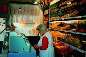 Oma (Erika W.) Wittig im ehemaligen Laden Reichenbacher Straße vor der Sanierung um 1990